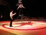 Les Blues Brothers au cirque Lydia Zavatta: un acrobate et un clown hilarant