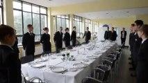 Les élèves de Saint Ghislain préparent le service pour servir la famille royale. Eric Ghislain