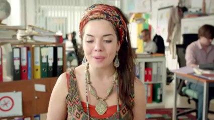 Campagne 2013 Aider Plus Loin - Une Hippie passe un entretien d'embauche
