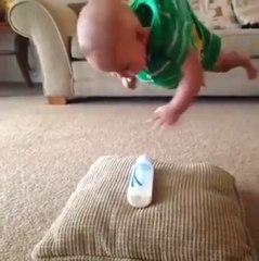 Vidéo Bébé : le Bébé recupere son biberon à la mission impossible