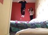 Et... PAF Le Mur!! Il se plante la tête dans le coin de sa chambre...