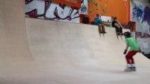 Un enfant de 10 ans rate son Backflip en rollers