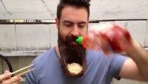 Manger des Nouilles chinoises (Ramens) dans sa barbe! Oui c'est possible!