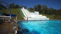 Tobogan géant au bord d'une piscine!! Sauts de ouffff!!