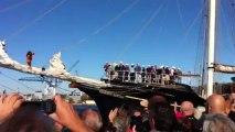 Voiles de légende : le public salue le départ du Gulden Leeuw, voilier Néerlandais