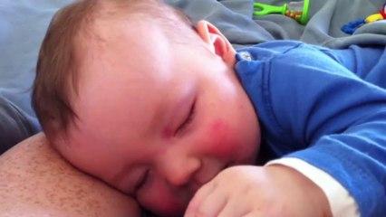 Vidéo Bébé qui rit pendant son sommeil