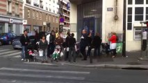 Didier Paillard, maire de Saint-Denis, rencontre les habitants devant la Poste de la Plaine