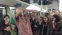 Stromae fait semblant d'être ivre dans le métro de Montréal