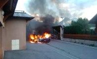 La voiture qu'il répare dans le garage de sa résidence prend feu… il la sort quand même
