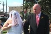 Une mariée accro qui écrit un texto pendant son mariage..