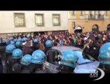 Studenti italiani in piazza per difendere la scuola pubblica. Tensione a Milano. Da Napoli: più fondi subito non c'è più tempo