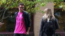 Caméra cachée : le piège du tee-shirt rose. Un french Kiss avec une inconnue.