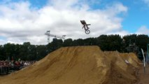 Finist'Air Show. Riders de BMX dirt sur la ligne de bosses