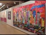 Art  Rock 2010. Troy Henriksen pose ses toiles dans l'ex-Monoprix
