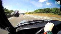 En Porsche, il frôle deux fois la mort sur une route française.