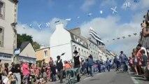 Concarneau. Filets bleus : la reine parade au défilé