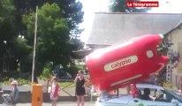Coëtquidan (56). La caravane du Tour de France passe devant les élèves officiers