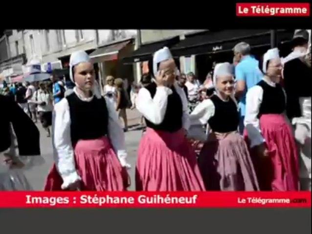 Fête des Brodeuses à Pont-l'Abbé. Le défilé des enfants