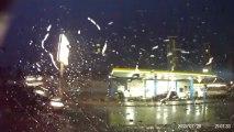 Gros orage et foudre qui tombe sur une station essence en Allemagne. Impressionnant...