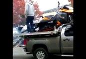 Chargement express d'une motoneige et FAIL... Voiture détruite.