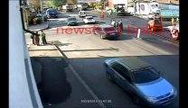 Une vache en pleine rue défonce un policier!