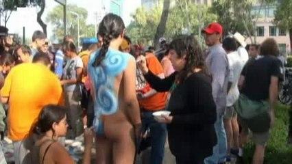 Ciclistas pelados exigem respeito em rodovias no México.