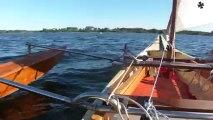 superbe bord en canoé trimaran à voile
