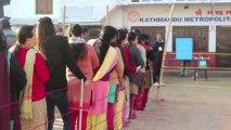 Bomba fere crianças em eleição no Nepal