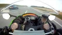 Un motard à plus de 300km/h se fait doubler par une voiture