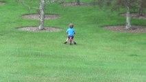 Le père de l'année filme son fils en vélo foncer droit dans un arbre