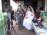 Mariage gaché : il Traverse le plafond et tombe sur la mariée