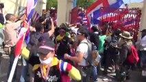 Bangkok (Thailande) 29:11:2013 Les anti gouvernementaux investissent le Royal Thay Army
