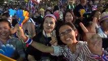 Bangkok (Thailande) 29/11/2013 Abhisit Vejjajiva vient prendre un bain de foule à Democracy Monument