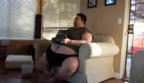 A fat guy destroys his computer falling asleep... So funny!!!