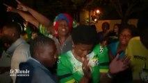 Larmes, chants et danses devant la maison de Mandela