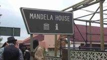Centenares de personas honran a Mandela en su antigua casa de Soweto .