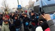 Les policiers enlèvent leur casque et rejoignent les manifestants - Italie 09/12/2013