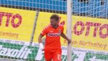 Football : Florian Trinks marque de la main puis demande à l'arbitre de refuser le but