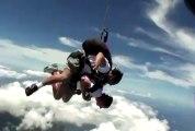Un moniteur de parachute frappe son client en chute libre
