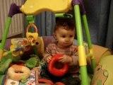 Nolan, ses jouets et son chat