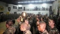 Après les premiers morts français, Hollande devant les militaires à Bangui