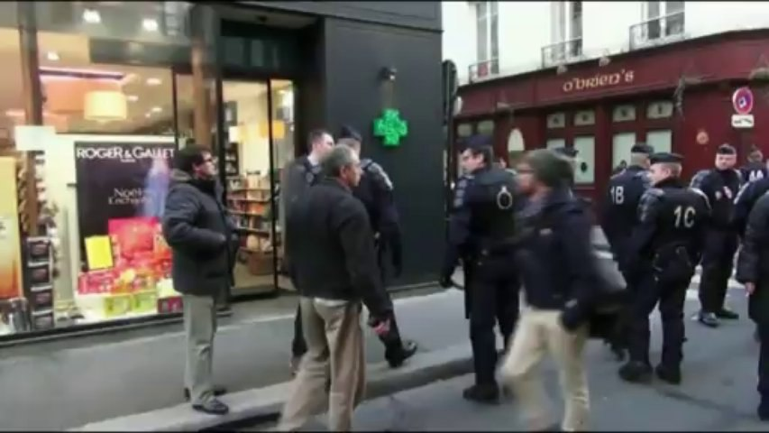 EXCLUSIF  Paris (France) 9/12/2013 Injures et baston entre CRS et policiers en civils.