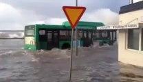 Un bus amphibie, il roule dans 1m d'eau! Taré...