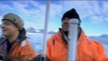 Gros blocs de glace d'un glacier tombent à la mer tout près d'un bateau!