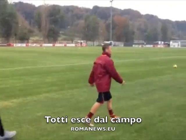 Totti lascia il campo di allenamento AS Roma - Trigoria 14/12/13