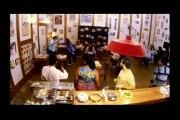 Femme aux super-pouvoirs dans un café au Brésil