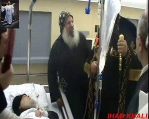 Le Pape Tawadros rend visite à Anba Mikhail malade