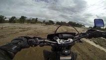 Moto contre inondation éclaire : le biker veut rouler et traverser l'inondation avec sa moto!