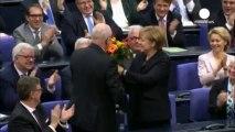 Angela Merkel avec des béquilles après une chute en ski de fond