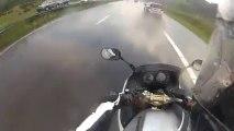 Rouler sur une autoroute inondée avec une moto Kawasaki ER6! Orage violent!